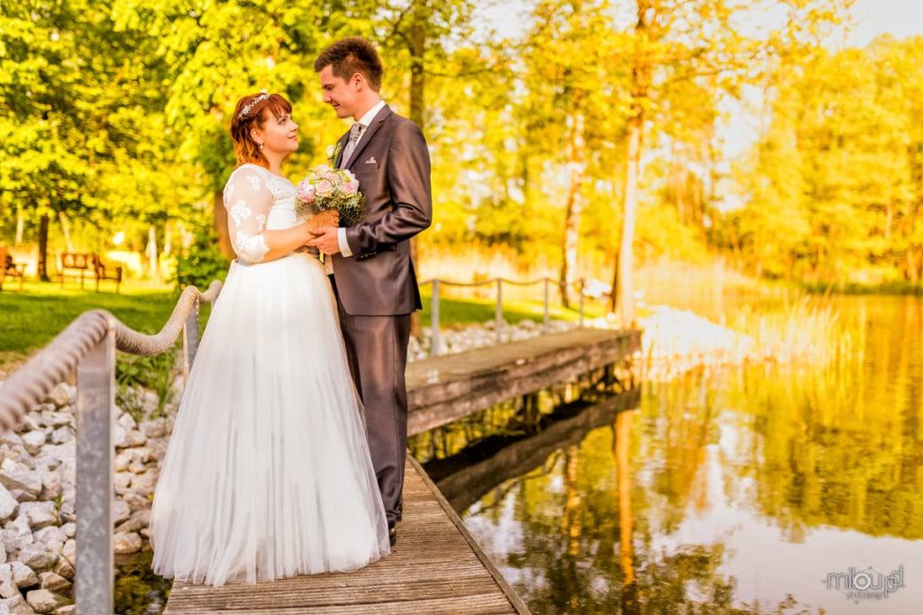 Brautpaar mit Wasser Janek und Denise - Hochzeitsfotografie - Hochzeit
